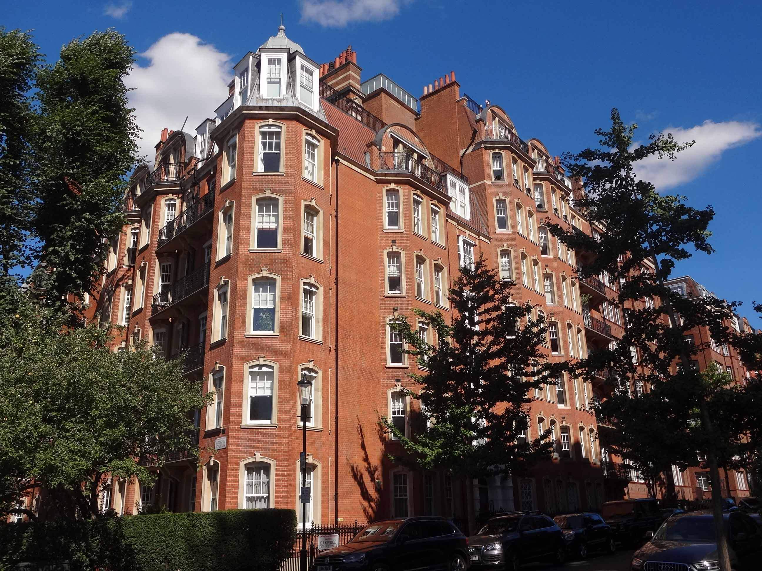 flats for sale with high ceilings, large flat close to shops, Kensington, Knightsbridge, Holland Park,